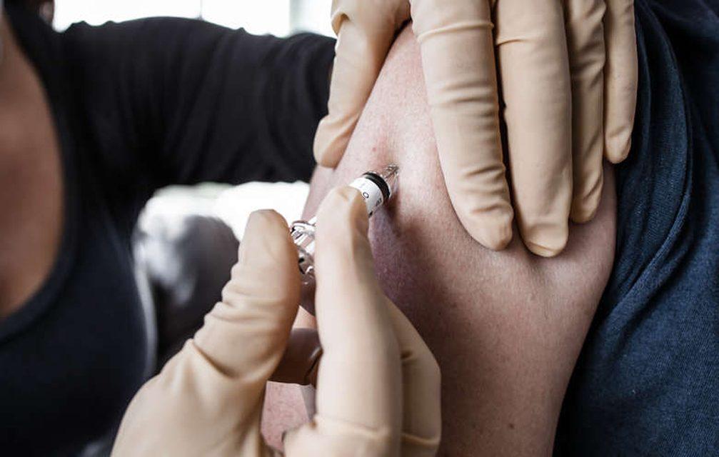 MS supera meta e vacina 90,66% dos idosos